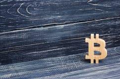 Hölzernes Bitcoin auf einem Hintergrund von schwarzen Brettern Schlüsselwährung, Technologie blockierend Der Einsturz und der Auf Lizenzfreie Stockbilder