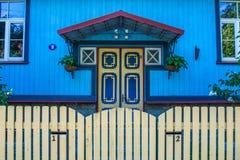 Hölzernes blaues Haus Lizenzfreies Stockfoto