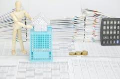Hölzernes blindes haltenes Haus auf blauem Korb mit Finanzkonto Stockfoto