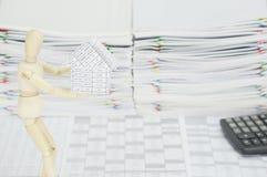 Hölzernes blindes haltenes Haus auf Finanzkonto Stockbilder