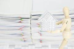 Hölzernes blindes haltenes Haus haben Unschärfeüberlastungsschreibarbeit als Hintergrund Stockfotografie
