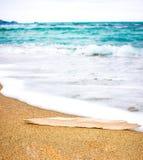 Hölzernes Blinklicht auf Sand Hölzchen für Logo Lizenzfreie Stockfotos