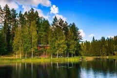 Hölzernes Blockhaus auf dem See in Finnland Stockfoto