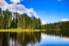 Hölzernes Blockhaus auf dem See in Finnland Lizenzfreie Stockfotos