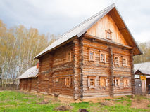Hölzernes Blockhaus im russischen Dorf im mittleren Russland Lizenzfreies Stockbild