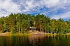 Hölzernes Blockhaus am See im Sommer in Finnland Lizenzfreie Stockfotografie