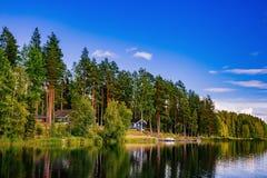 Hölzernes Blockhaus am See im Sommer in Finnland Lizenzfreies Stockfoto