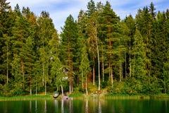 Hölzernes Blockhaus am See im Sommer in Finnland Lizenzfreie Stockfotos