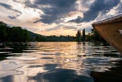 Hölzernes Boot auf dem Rhein bei Sonnenuntergang Stockfotos