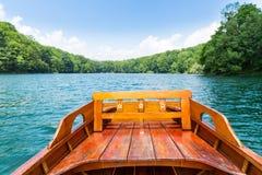 Hölzernes Boot auf dem See Lizenzfreies Stockfoto