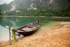 Hölzernes Boot auf dem See Stockfotografie
