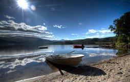 Hölzernes Boot auf dem Strand lizenzfreies stockfoto