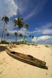 Hölzernes Boot auf dem Strand Stockfoto