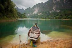 Hölzernes Boot auf den Banken des Sees Lizenzfreie Stockfotos