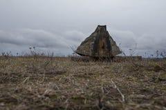 Hölzernes Boot auf der Bank des Herbstsees Lizenzfreies Stockfoto