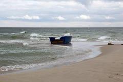 Hölzernes Boot auf einem leeren Strand in der Krim Lizenzfreies Stockbild
