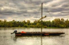 Hölzernes Boot auf Loire Valley lizenzfreie stockfotos