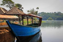 Hölzernes Boot auf Nile River in Uganda stockbild