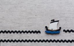 Hölzernes Boot auf Segeltuchhintergrund mit Platz für Text Lizenzfreie Stockfotografie