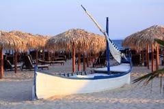 Hölzernes Boot auf Strand Stockbilder