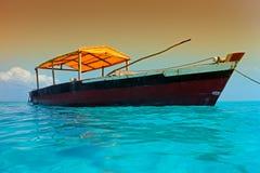 Hölzernes Boot auf Wasser Stockfotografie