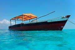 Hölzernes Boot auf Wasser Stockfotos