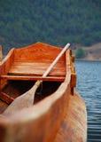 Hölzernes Boot, das in Lugu See schwimmt stockfotografie