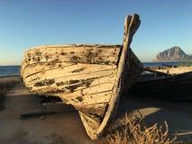 Hölzernes Boot, an der Dämmerung Lizenzfreie Stockbilder