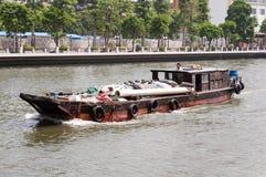 Hölzernes Boot der Ladung im Fluss stockbilder