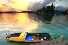 Hölzernes Boot an der Seite der Anlegestelle Lizenzfreie Stockfotos