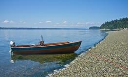 Hölzernes Boot an der Uferzeile Stockbilder