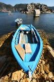 Hölzernes Boot des alten blauen Fischens auf der Küste Stockbilder