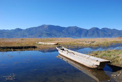 Hölzernes Boot des Ufers Stockfoto