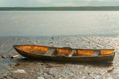 Hölzernes Boot fest im Schlamm bei Ebbe Stockfotos