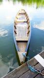Hölzernes Boot im See Stockbilder