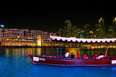 Hölzernes Boot im See von Dubai-Brunnen Lizenzfreie Stockbilder