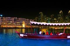 Hölzernes Boot im See von Dubai-Brunnen Stockbild