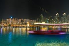 Hölzernes Boot im See von Dubai-Brunnen Lizenzfreies Stockfoto