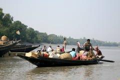 Hölzernes Boot kreuzt den Ganges in Gosaba, Indien Lizenzfreie Stockfotos