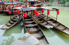 Hölzernes Boot mit roter Laterne Stockfotografie