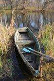 Hölzernes Boot mit Rudern stockbild