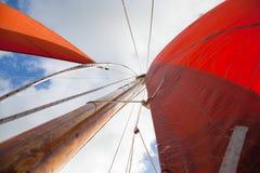 Hölzernes Boot mit Segel Lizenzfreie Stockbilder