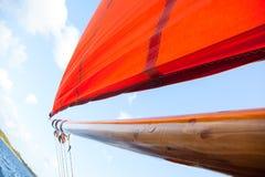 Hölzernes Boot mit Segel Stockbild