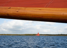 Hölzernes Boot mit Segel Stockfotos