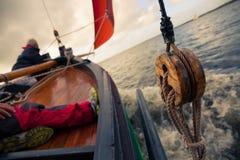 Hölzernes Boot mit Segel Stockfoto