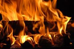 Hölzernes brennendes Feuer Lizenzfreies Stockfoto