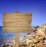 Hölzernes Brett auf Seehintergrund Stockfotos