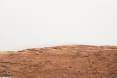 Hölzernes Brett auf weißem konkretem Beschaffenheitshintergrund Stockfotografie