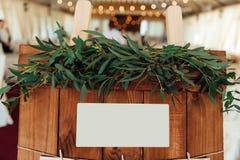 Hölzernes Brett der ursprünglichen Weinlese mit Gästeliste Stockbilder
