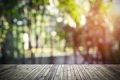 Hölzernes Brett mit der Natur verwischt im Hintergrund Abstraktes backgro Stockfotografie